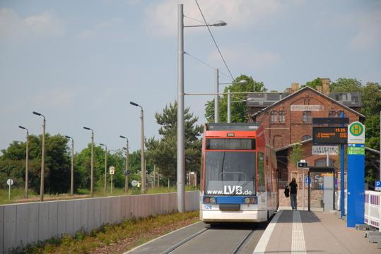 Übergang Endhaltestelle Straßenbahn zu Bahnhof Leipzig Knauthain